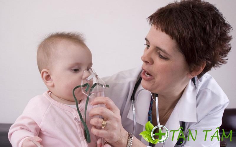 Thoa tinh dầu vừa giúp trẻ giữa ấm vừa khai khiếu trị khò khè cho bé