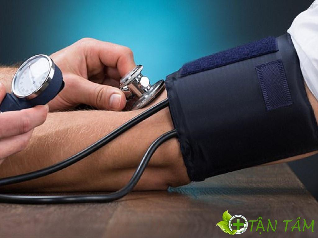 Phải đo huyết áp đúng tư thế như thả lỏng người, cánh tay đặt trên bàn và duỗi thẳng, nếp khuỷu tay nằm tương đương với mức tim,…