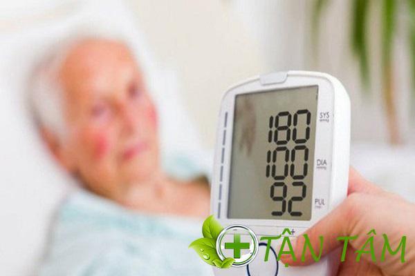 Máy đo huyết áp giúp theo dõi sức khỏe thường xuyên