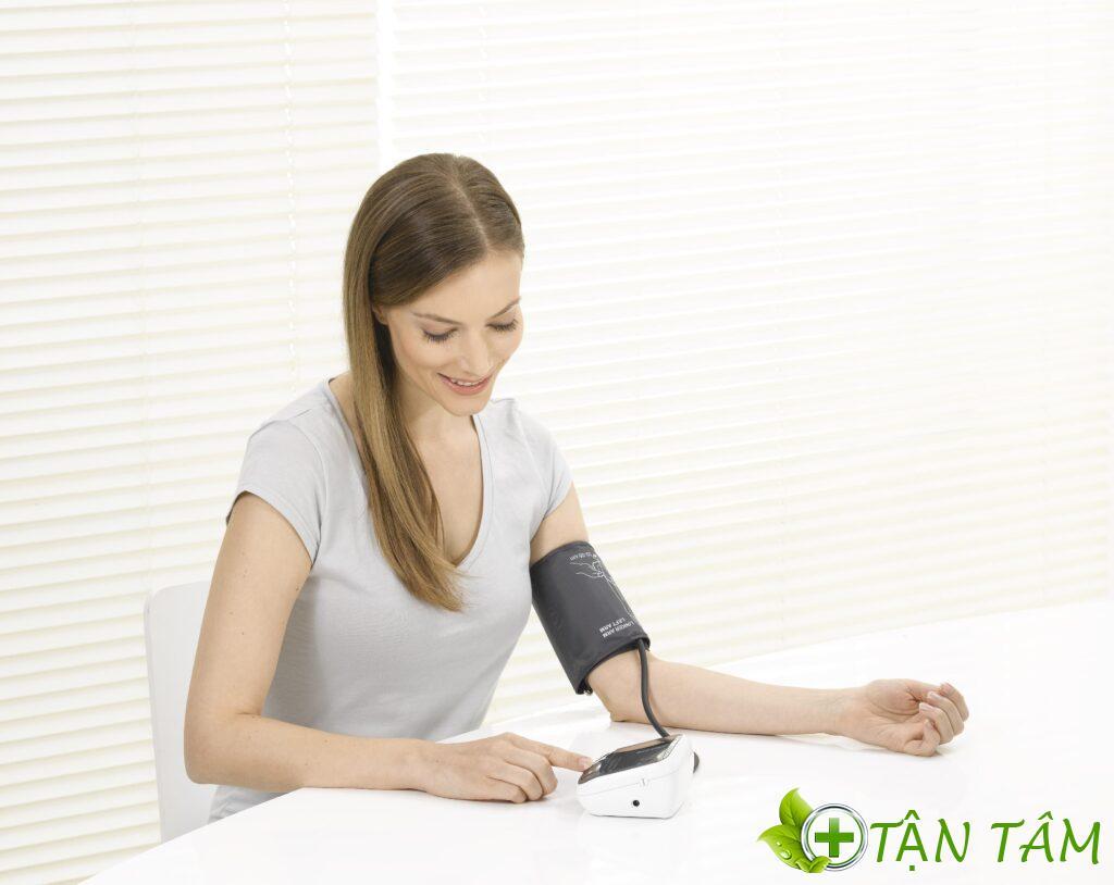 Đặt tay ngay ngắn trên mặt bàn để có được kết quả trị đo chính xác
