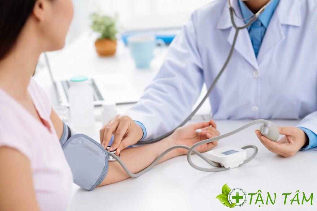Máy đo huyết áp điện tử giúp bạn tự đo được kết quả chính xác mà không cần người hỗ trợ như đo huyết áp cơ