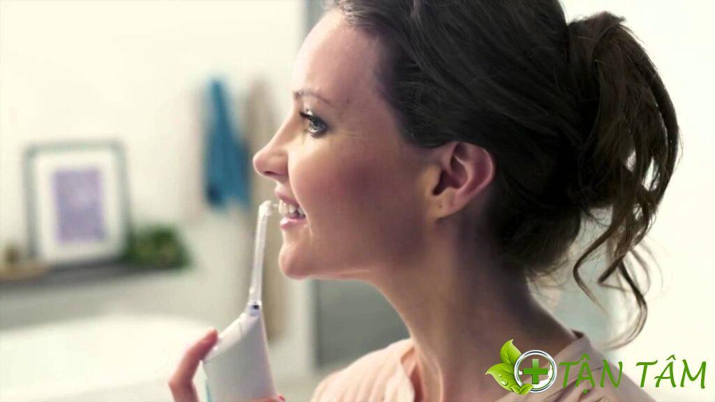 Máy tăm nước là dụng cụ giúp bạn dọn sạch những phần thức ăn dư thừa hiệu quả